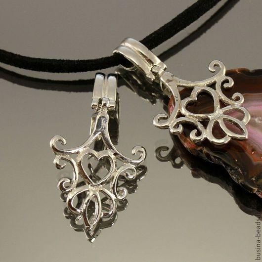 Держатель для кулонов | бейлы | зажимного типа ажурный с растительным орнаментом и сердечком из латуни и покрытием под серебро