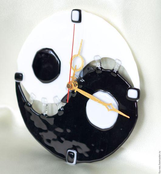 """Часы для дома ручной работы. Ярмарка Мастеров - ручная работа. Купить Часы настенные """"Инь-Ян"""". Фьюзинг.. Handmade. Часы"""