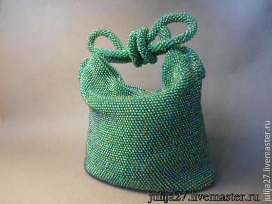 `Королевишная)))`  Сумочка с настроением))) Взгляд радует переливы разноцветные...и... ещё и очень приятная на ощупь бисерная гладь))) также сумочка- компактная нарядная вместительная прочная.