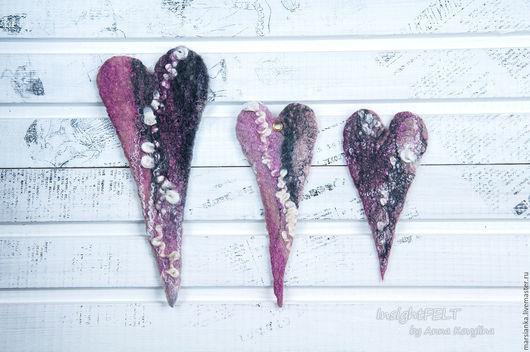 Темно-розовые сердечки из натуральной шерсти с кудрями и волокнами шёлка.