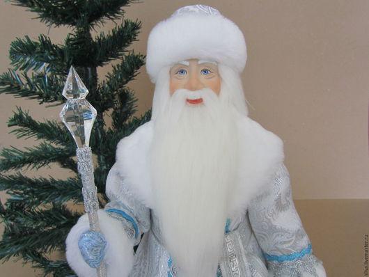 Новогодняя авторская кукла Дед Мороз Серебряный в серебристой парчовой шубе с белым мехом, волшебным посохом с хрустальным (ледяным) наконечником и мешком для подарков.