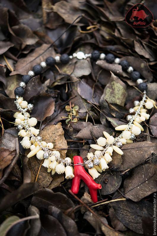 В браслете и бусах использована натуральная винтажная кость, вулканическая лава и тонированный натуральный коралл, что делает эти два украшения оригинальными и неповторимыми.