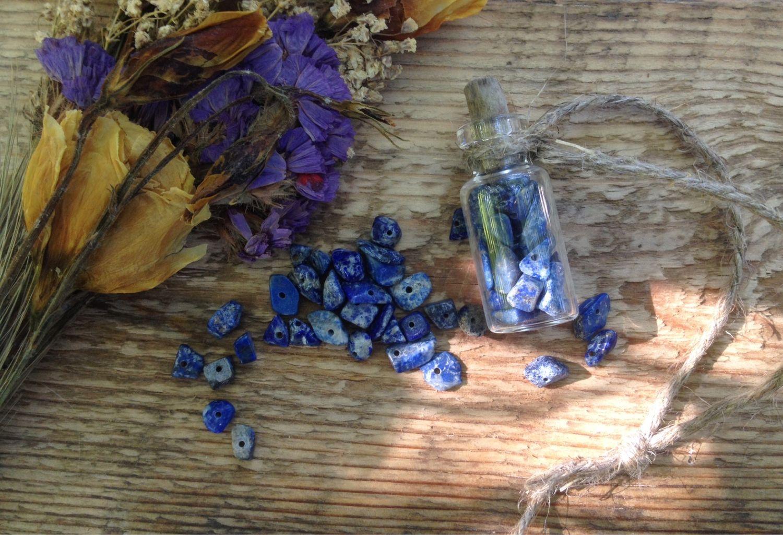 Натуральные камни в стеклянной бутылочке