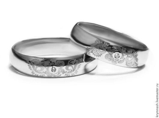 Обручальные кольца из белого золота  с гравировкой и бриллиантом