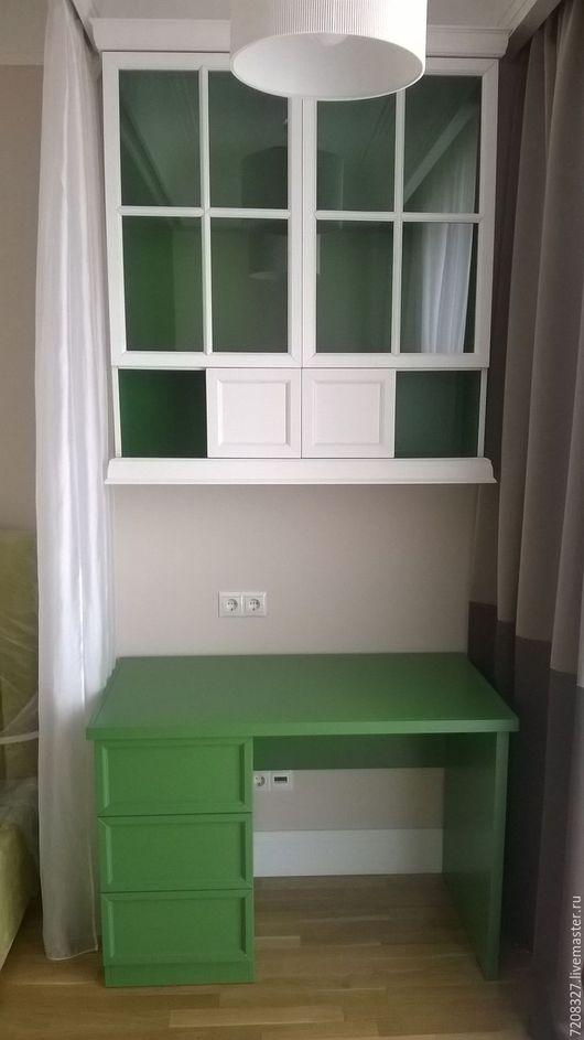 Навесной шкаф-полка со стеклянными дверцами. Вместительный, удобный, красивый и лаконичный. Разница в цвете,  размере, материалах возможна, благодаря ручной работе.