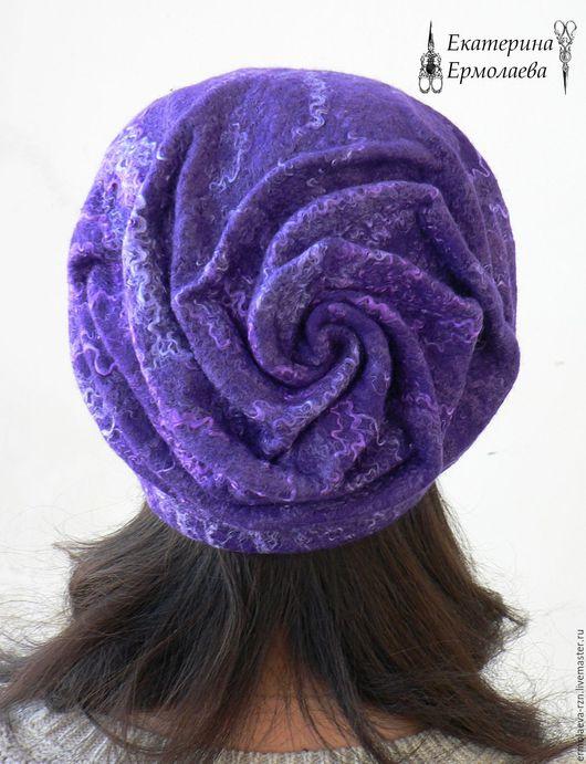 Валяная шапка `Роза` с драпировкой  в затылочной зоне станет великолепным акцентом Вашего образа.