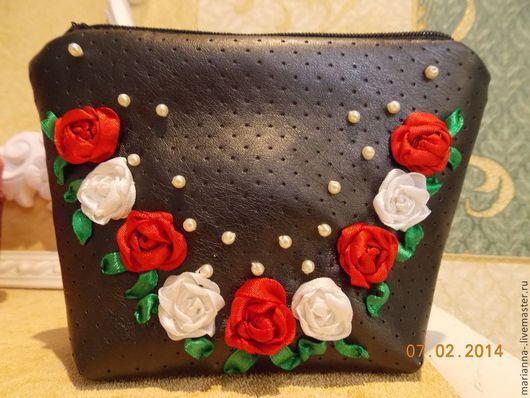 нежные розы на темном фоне, перламутровые бусы украшают косметичку, которую приятно держать в руках
