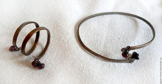 Тонкий браслет и спиральное кольцо из патинированной и полированной меди с подвесками с натуральными гранатами. Изделие полностью выполнено вручную.