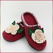 """Обувь ручной работы. Ярмарка Мастеров - ручная работа Тапочки """"Бордовые с белыми цветами"""". Handmade."""