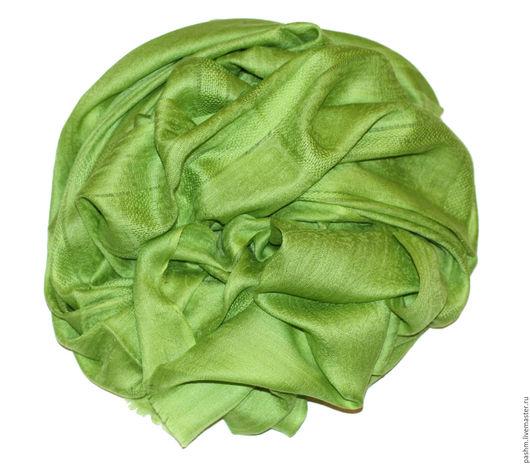 Кашемировый палантин оттенка свежей зелени