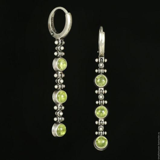 Серебряные серьги с хризолитом. Хризолит серьги серебро. Серьги с хризолитом. Длинные серьги с камнями. Серьги с зеленым камнем. Зеленые серьги. Длинные серьги купить. Висячие серьги. Серьги серебро.