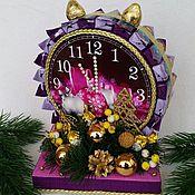 """Цветы и флористика ручной работы. Ярмарка Мастеров - ручная работа Новогодние часы из конфет на подставке """"С Новым годом"""". Handmade."""