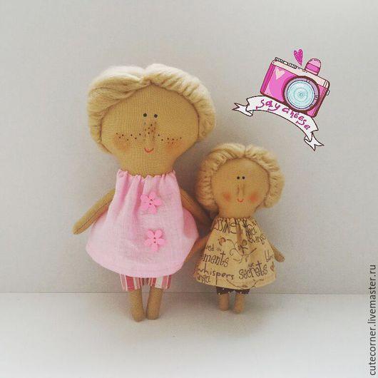 Куклы продаются отдельно.