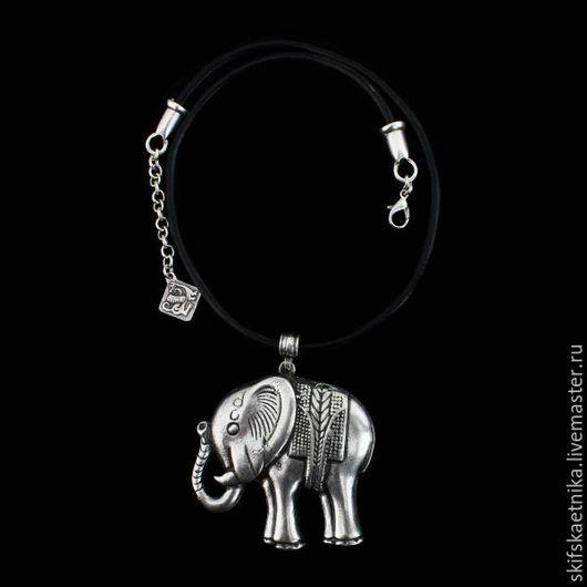 Слоник с поднятым хоботом на толстом кожаном шнурке