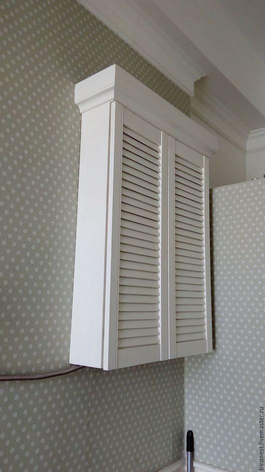 Шкафчик с жалюзийными створками для ванной комнаты