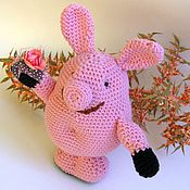 Куклы и игрушки ручной работы. Ярмарка Мастеров - ручная работа Вязаная игрушка Свинка Пеппа с цветочком. Handmade.