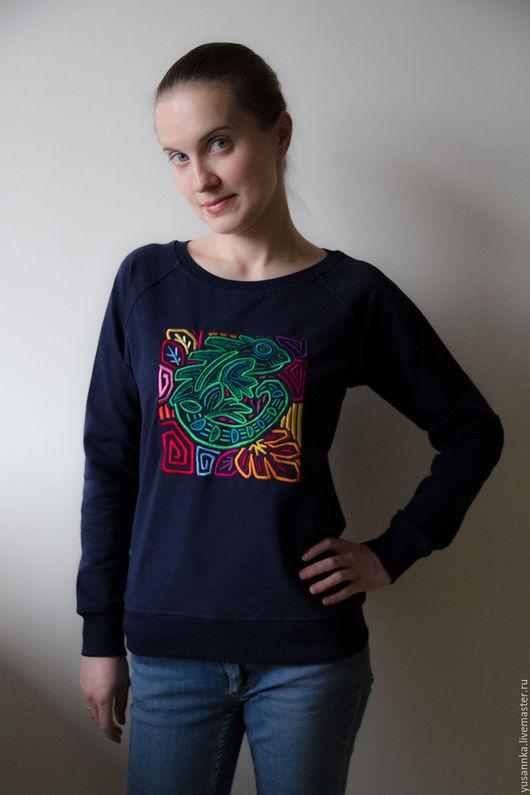 Толстовка или свитшот из серии `Латинская Америка`: Игуана. Высококачественная плотная вышивка. Эта вещь будет служить Вам долго и всегда хорошо выглядеть.