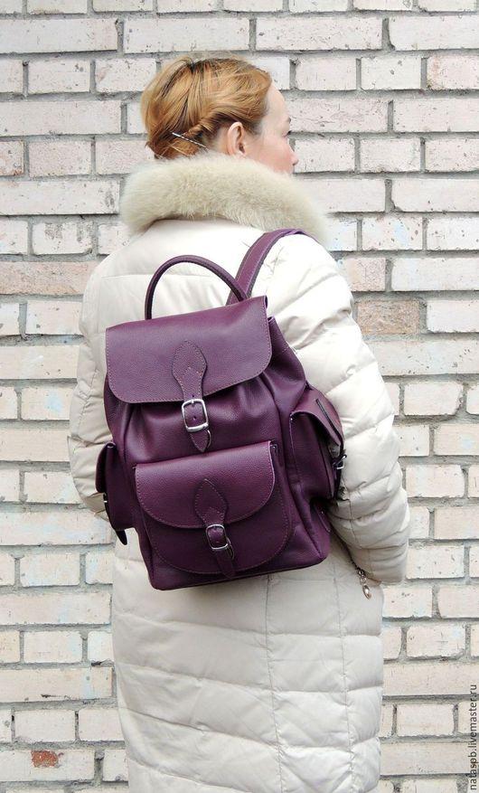 Рюкзак «Изабелла» сшит из плотной приятной на ощупь натуральной кожи темно-фиолетового цвета.