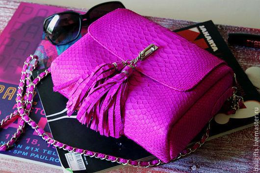 Женская сумочка из натуральной кожи питона цвета фуксии