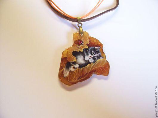 кулон`Котенок в листике` роспись по камню