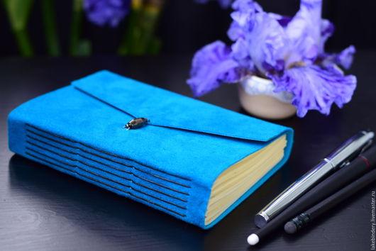 Голубой кожаный блокнот А6, записная книжка из кожи, женский блокнот, подарок женщине. Чёрный фон. Блокноты на заказ.