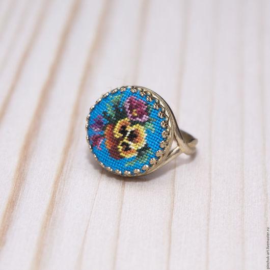 Кольца ручной работы. Ярмарка Мастеров - ручная работа. Купить Кольцо с анютками на голубом. Handmade. Вышивка, авторские украшения, цветы