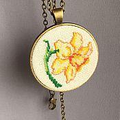 Украшения ручной работы. Ярмарка Мастеров - ручная работа Кулон с вышивкой цветок  Нарцисс. Handmade.