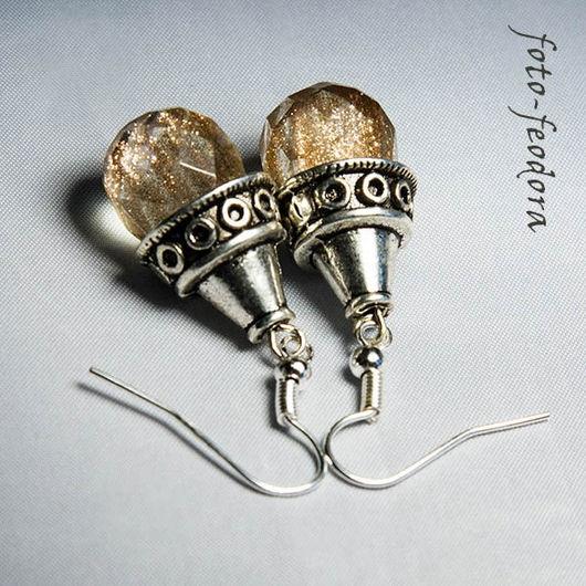 Осенние искрящиеся сережки. В работе использованы стеклянные граненые бусины с искорками и блестками внутри, как в камне авантюрин, также использованы металлические шапочки и фурнитура.
