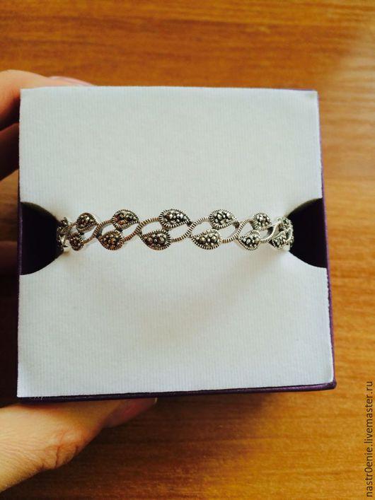 Нежный браслет, держащий форму, выполне из сребряных листочков, выложенных марказитом....Очень Женственно...)