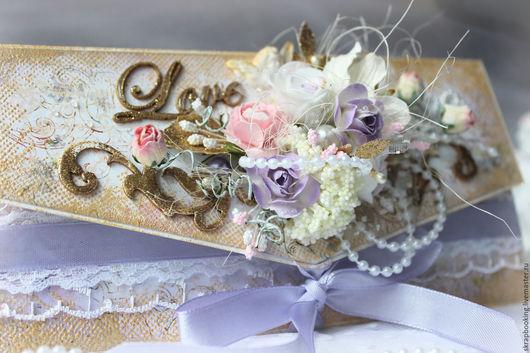 Конверты для денежного подарка на свадьбу выполнены в нежных тонах с добавлением золотых акцентов. Декорированы нежными цветами, жемчужными бусинами, стразами и элементы соответствующими свадебной атр