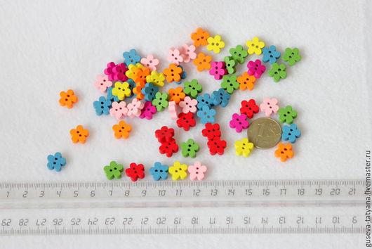 Пуговицы деревянные разноцветные цветочки.