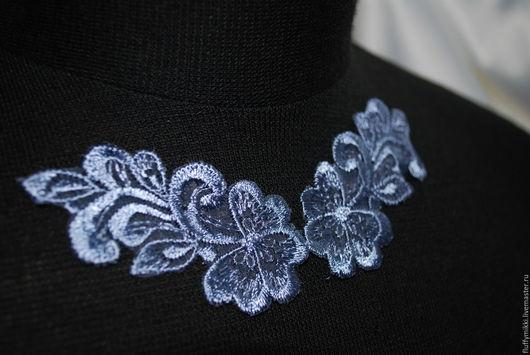 Парный кружевной элемент. Цветок из органзы с вышивкой. Размер одного цветочка 7*3 см Цена за пару 45,0