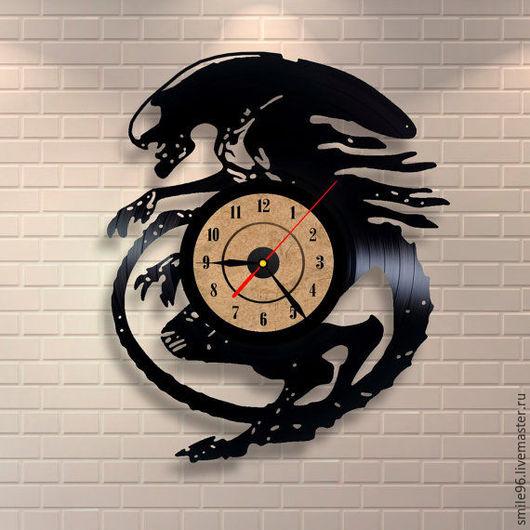 """Часы для дома ручной работы. Ярмарка Мастеров - ручная работа. Купить Часы из пластинки """"Чужой"""". Handmade. Комбинированный, часы"""