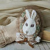 Украшения ручной работы. Ярмарка Мастеров - ручная работа Кролик. Текстильная брошь с вышивкой. Handmade.