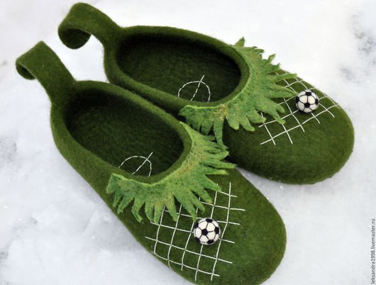 """Обувь ручной работы. Ярмарка Мастеров - ручная работа. Купить Тапочки валяные мужские """" Футбол"""". Handmade. Зеленый"""