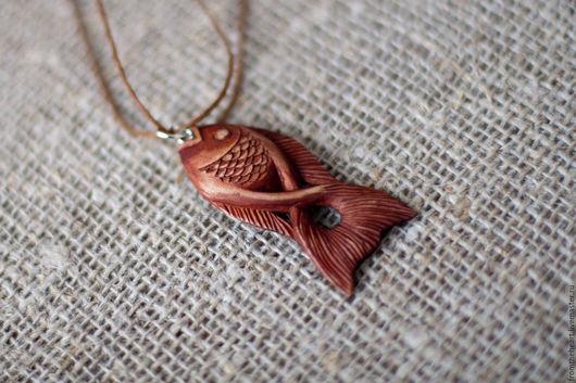 """Кулоны, подвески ручной работы. Ярмарка Мастеров - ручная работа. Купить """"На крючке"""" резной кулон/брелок рыбка. Резьба по дереву. Handmade."""