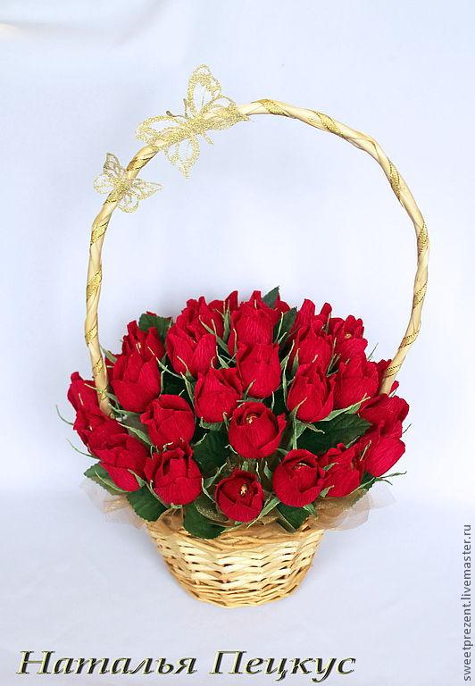Цветов москва, букеты роз в корзинке из гофрированной бумаги с конфетами