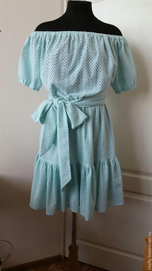 летнее платье из перфорированного хлопка. Платье на подкладке с открытыми плечами