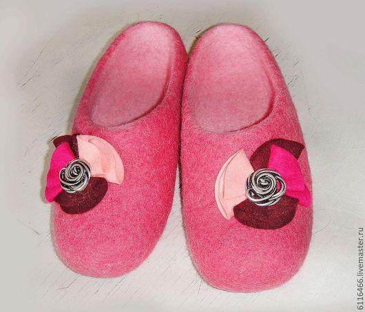 Обувь ручной работы. Ярмарка Мастеров - ручная работа. Купить домашние валяные тапочки из натуральной шерсти С брошкой. Handmade.
