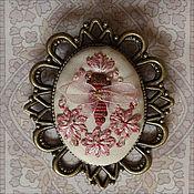 Украшения ручной работы. Ярмарка Мастеров - ручная работа Брошь с ручной вышивкой «Малиновая Пчелка». Handmade.