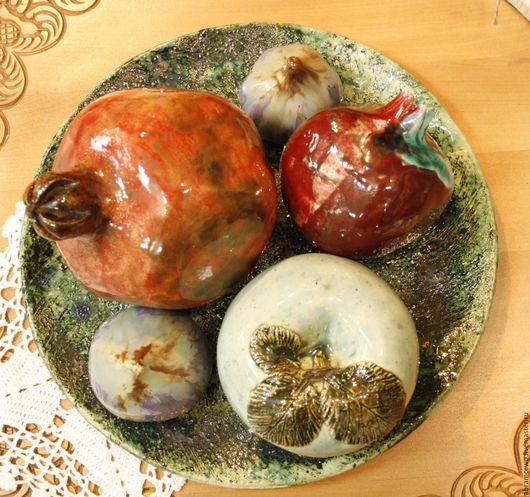 Кухня ручной работы. Ярмарка Мастеров - ручная работа. Купить блюдо Керамика, Натюрморт керамика, гранат, яблоко, инжир. Handmade.