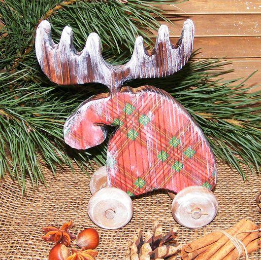 Лось новогодний деревянная игрушка на колесиках ручной работы купить в москве в подарок на новый год Рождество на Ярмарке Мастеров сосна клетчатый декупаж коричневый красный зеленый