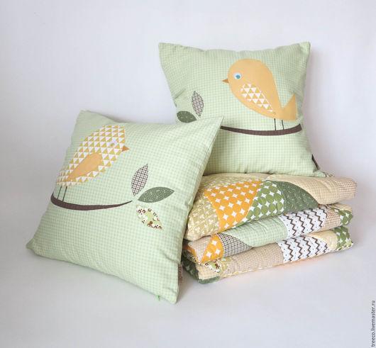 Пледы и одеяла ручной работы. Ярмарка Мастеров - ручная работа. Купить Лоскутное одеяло и 2 подушки с птичками. Handmade. плюш