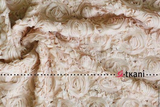 Р003 Ткань фактурная с 3D эффектом `Розы на сетке`. Цвет бежевый.  Китай. Состав 100% п/э. Ширина 120 см. Диаметр розы 8-10 см.