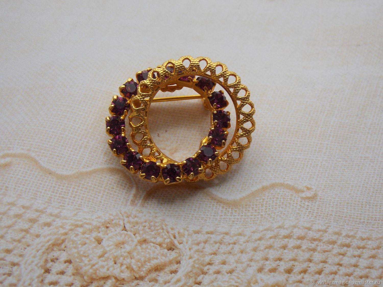 Красивая  винтажная брошь. Основной цвет броши золотой . Брошь  украшена красивыми кристаллами аметистового цвета. Это  украшение в хорошем винтажном состоянии,  брошь не маркирована.