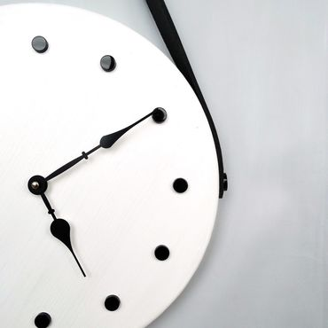 Для дома и интерьера ручной работы. Ярмарка Мастеров - ручная работа Дизайнерские настенные часы белые на кожаном ремне бесшумные. Handmade.