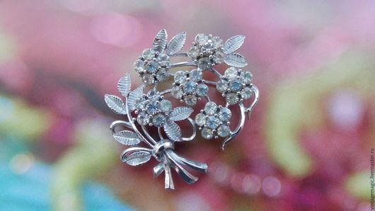 Брошь винтажная Coro. Красивое украшение серебряного цвета. Изделие в очень хорошем состоянии. Маркировано Coro.