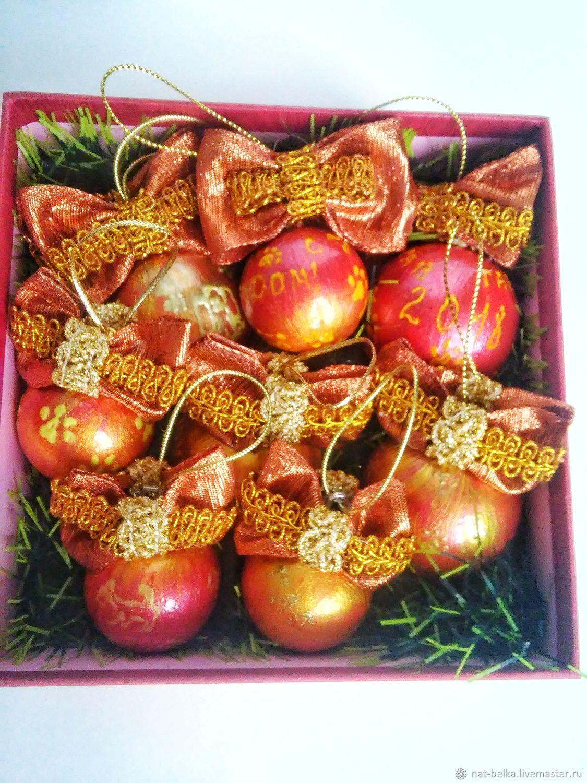 Набор елочных шаров в золотом цвете. Шарики на елку украшены красивыми бантами.
