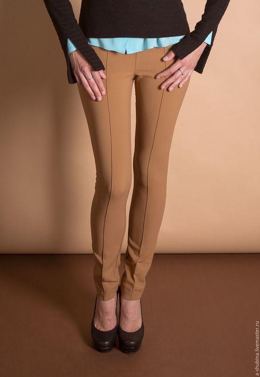 Тёплые, шерстяные брюки выполнены из качественной итальянской ткани. Ткань плотная стрейчевая. Фасон брюк позволяет  миксовать одежду с различными вариантами верха комплекта.