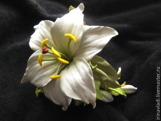 Украшение из кожи- женский кожаный браслет с цветами-белая лилия с бутонами, аксессуар из кожи браслет женский на руку с цветами ,белая лилия,цветок из кожи украшение на руку